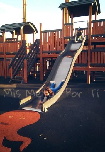 Con la escayola, subiendo por todos los sítios habidos y por haber en el parque infantil.